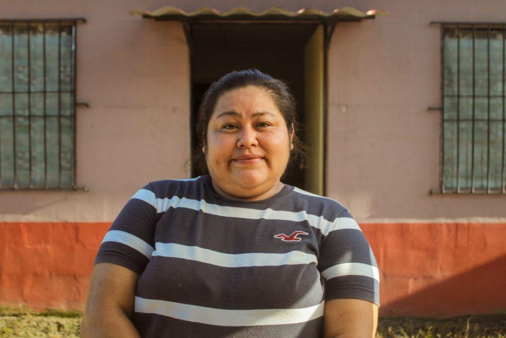 mujer frente a vivienda